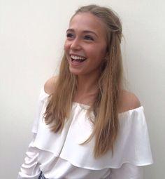 Sophie Simnett  nackt